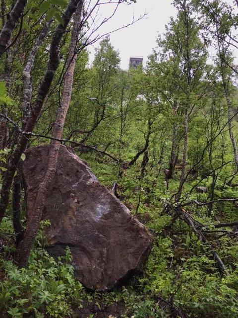 STOR: For noen dager siden lå denne steinen en helt annen plass. Nå er geologene i NVE kontaktet, og folk advares mot å ferdes i det populære turområdet.