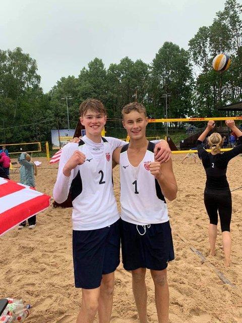 GULL: Elias Solberg Strandbu (t.v.) og makker Even Aas gikk til topps i U17-klassen.