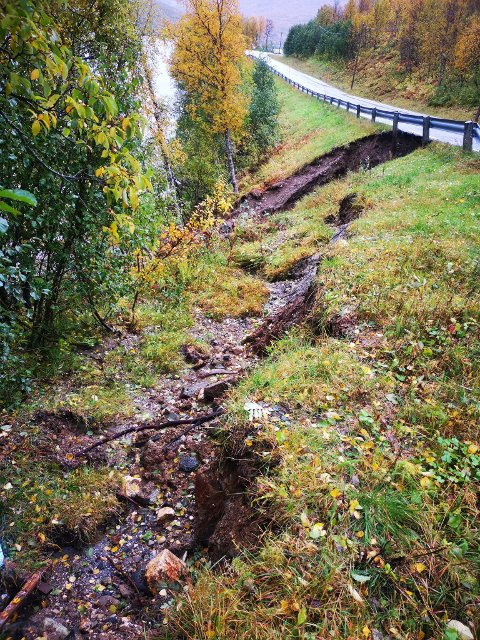 FLERE RAS: Det har gått flere mindre jordras på Andersdalenvegen i Ramfjord tirsdag morgen.