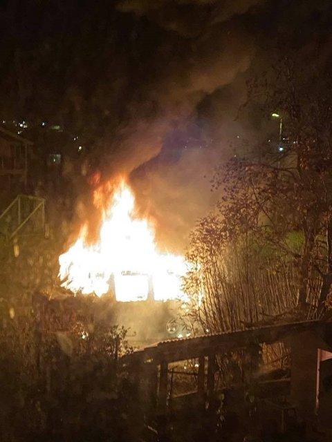 FLAMMEHAV: Her blir bilen slukt av flammene.