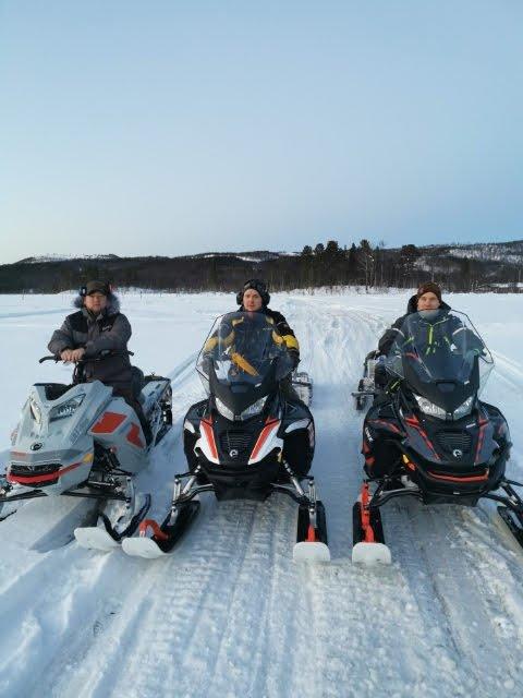 SNØ: Scooterføret i Sørreisa er utmerket etter de siste dagers snøfall. Fra venstre: Lars Ante Oskal, John Mathis og Per Thomas.