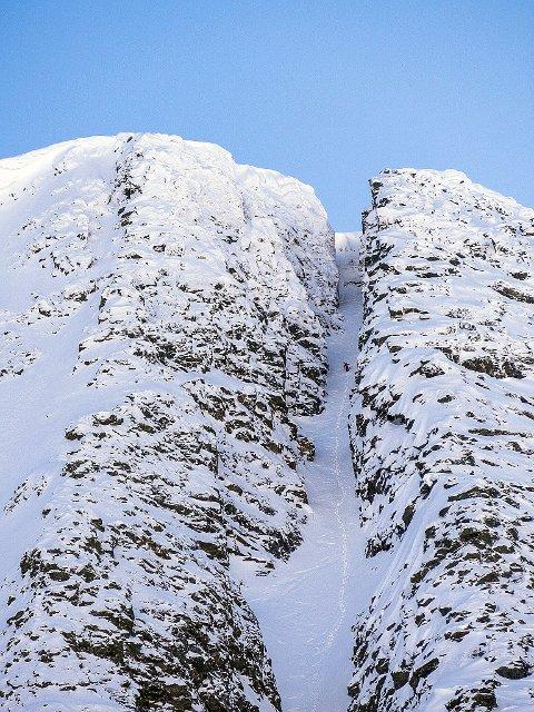 SPEKTAKULÆR RENNE: Her ser du hvorfor Øksehogget i Tamokdalen er et ettertraktet mål for skikjørere, ikke bare fra Troms. Her er Daniel Harila på vei opp renna.