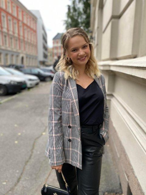 NYE UTFORDRINGER: Aleksandra Seljeseth (20) er klar for ny jobb på Stortinget.  - Jeg har fått blomster av mamma og pappa og overveldende mange lykkeønskninger og gratulasjoner og venner og bekjente. Nå skal jeg feire med litt påskeferie før jeg starter i april, forteller hun.