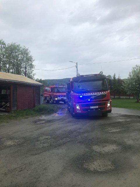 BRANN I KJELLER: Røykdykkere rykket inn i bygget.
