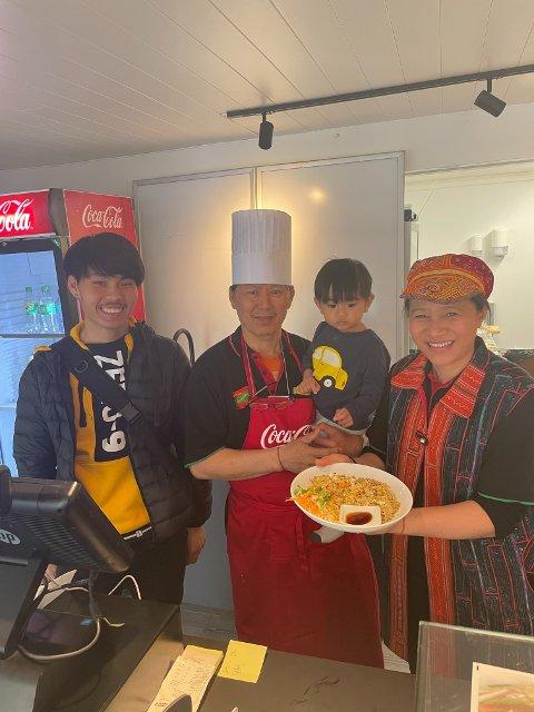 TILBAKE: Natthawat Wongwan (i midten) og familien er glade for å ha gjenåpnet restauranten