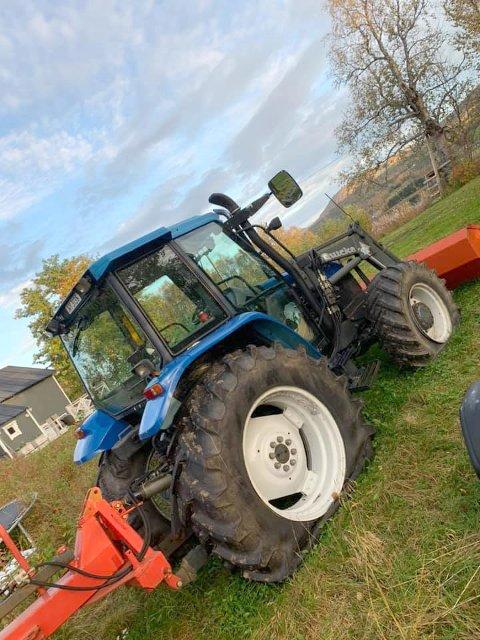 FLATE DEKK: Slik har traktoren stått hos Frode Nordeng siden den ble vandalisert for fire uker siden.