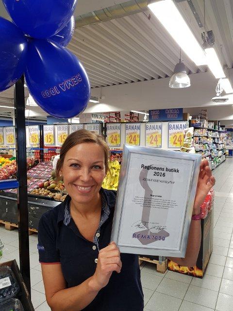 HAT TRICK: Kristina Antonsen er kjøpmann ved Rema 1000 Kvaløya. Nå har hun sikret seg prisen som beste butikk i region nord i Rema-kjeden tredje året på rad.
