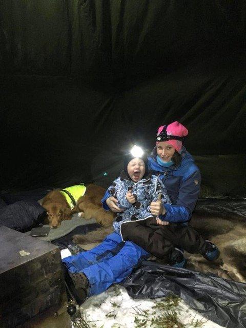 utekos: Camilla Wangen trives ute i naturen med mann, barn og hund.