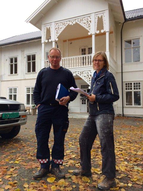 BEFARING: Konstituert brannsjef Hans Martin Søfferud besøkte hotelleier Astri Aadnes fredag for å se nærmere på blant annet pipene i bygningen. Foto: Morten Høitomt