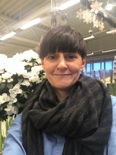 Foruten avskårne og sammenplantninger, solgte vi mest azaela og juleroser i høgtiden, sier Ann Christin Snoen