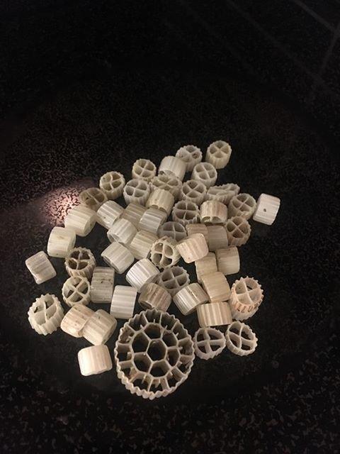 I MJØSA: Disse plastbitene finnes det mange av i Mjøsa, også i strandkanten ved Gjøvik.