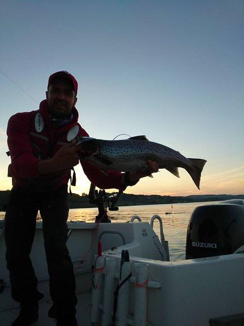 Kristian Viberg hadde flere fisker ombord natt til i går, tross mye brask i Mjøsa. Den største var på 3,1 kilo.