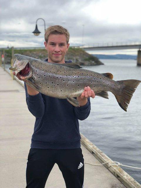 Tore Solberg Engebretsen viser stolt fram pundingen på 7,2 kilo.