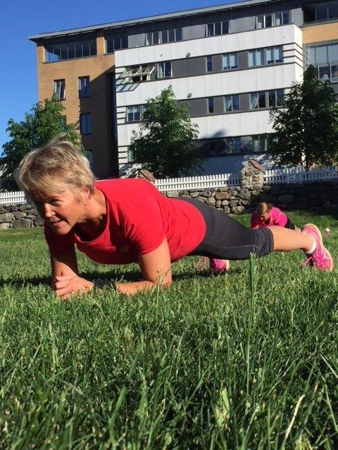 Treningsleder Else Bjørnson instruerer planken.