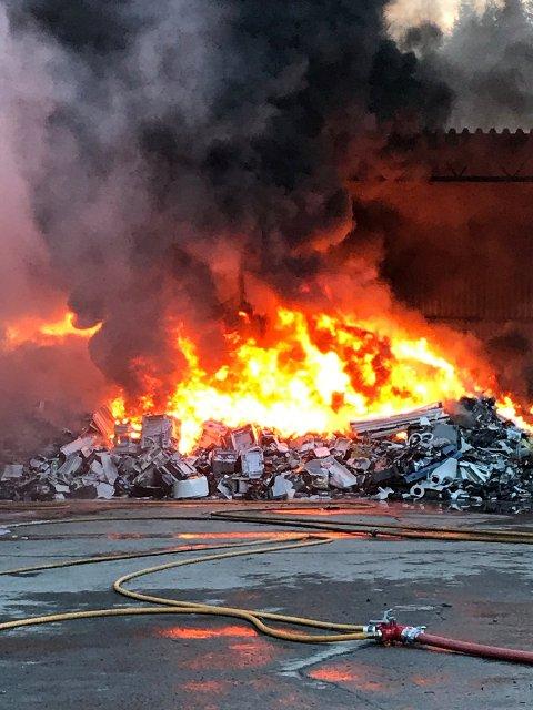 BRANNEN: Det brenner i ett næringsbygg tilknyttet Metallco i Hunndalen.