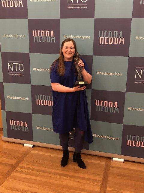 PRISVINNER: Cecilie Lundsholt fra Gjøvik tok på vegna av Teateret Vårt imot Hedda-prisen for beste barneforestilling.