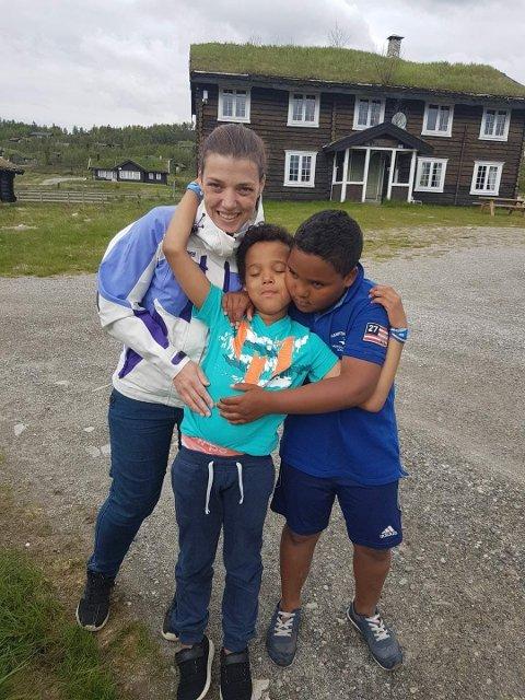 Anita Seierstad har valgt å bli soldat i Frelsesarmeen. Her sammen med sine to gutter.