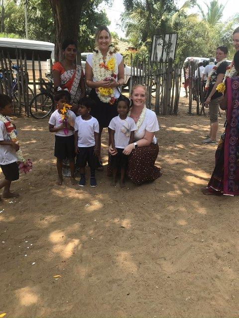 I SRI LANKA: Her er Vivian Karlsen (stående), og Marion Sogn (sittende på huk) i Sri Lanka med barna fra en barnehage de besøkte.