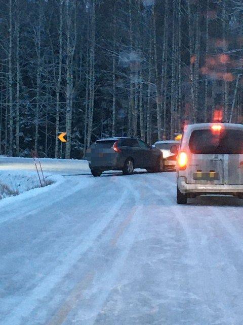 STO PÅ TVERS: De to bilene sto på tvers etter frontkollisjonen.