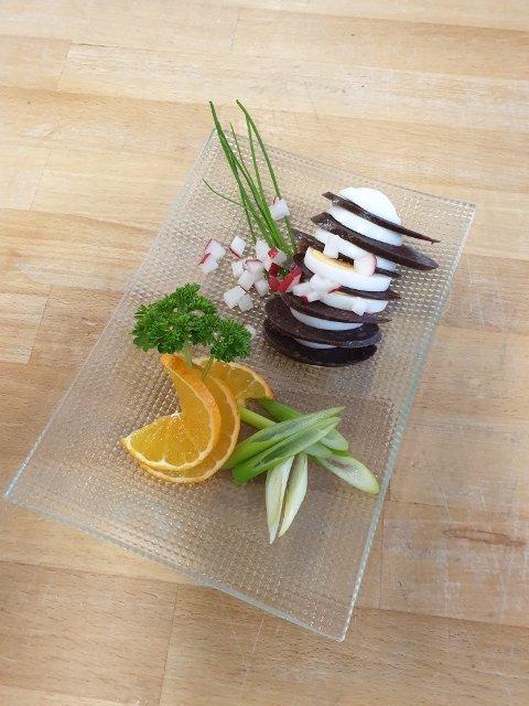 NYE IDEER: Elevene og lærere ved kokkefag i Valdres pønsker ut nye måter å servere «kurv» på.
