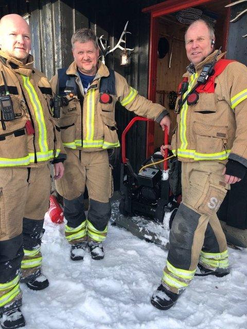 RYKKET UT: Knut Erik Ringen, Gudbrand Berg og Svein Hegge fra Valdres brann- og redningstjeneste IKS kunne konstantere at kvinnen berget si ega hytte med rask og god innsats.