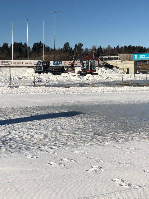 I Karidalen jobbes det for fullt med maskinelt utstyr for å klaregjøre løyper og arena til Hovedlandsrennet i skiskyting som innledes fredag.
