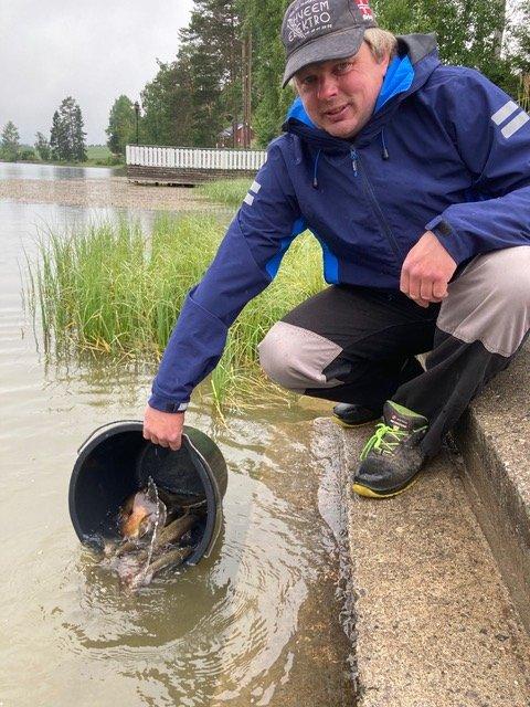 FISKER: Geir Lerud er grunneier og styremedlem i Ihle Fiskeforening. Her setter han ut ørret og sørger med det for at bestanden holdes oppe i Sillongen og Steffensrudstjernet.