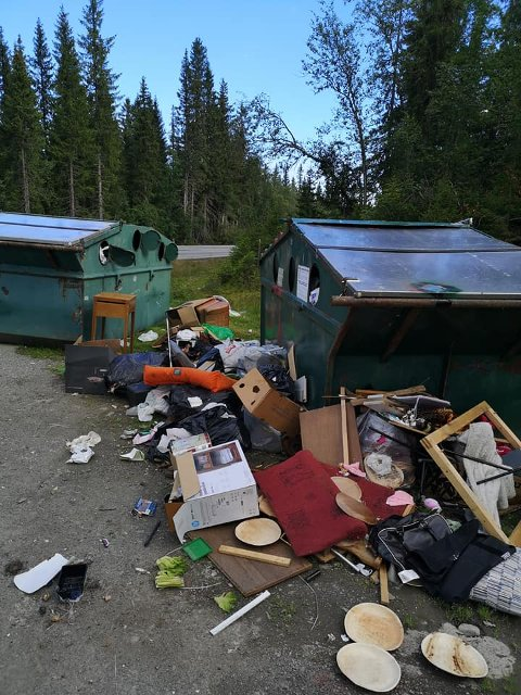 RENNER OVER: Det er tydelig at søppelen renner over, og mye av det er ikke hverdagslig hytte-eiendeler.