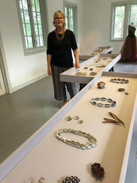 Ingjerd Hanevold under montering av sin smykkeutstilling.