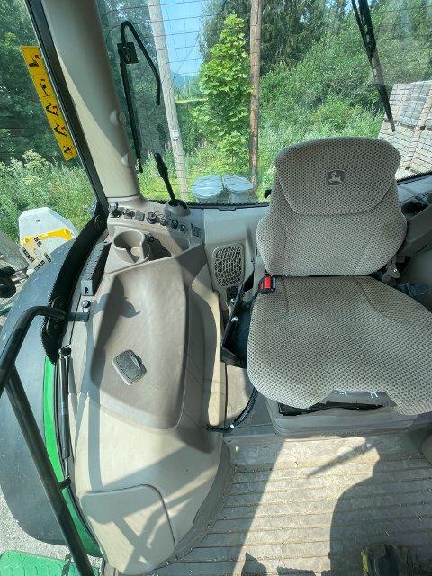 STJÅLET: Til venstre for stolen på dette bildet skulle det ha vært et armlene med flere ulike knapper, samt en navigeringsskjerm. Utstyret ble skrudd ned av tyver i natt, forteller Amund Tømte.