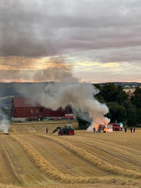 BRANN: En rundballepresse begynte å brenne på jordet bak prestegården ved Hoff kirke, torsdag kveld.