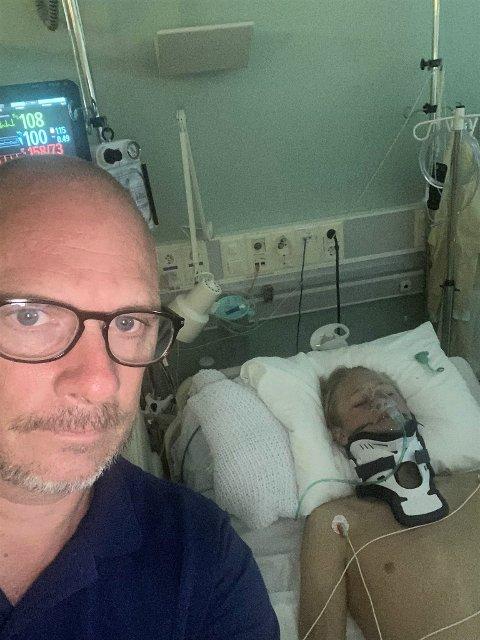 SKADD: Elias (16) kjørte utfor veien med MC på Kraby tirsdag kveld. Stig Almsbakken var tidlig på ulykkesstedet, og ble med da sønnen ble fløyet til Ullevål. Han forteller at sønnen ser ut til å slippe fra ulykken uten varige mén.