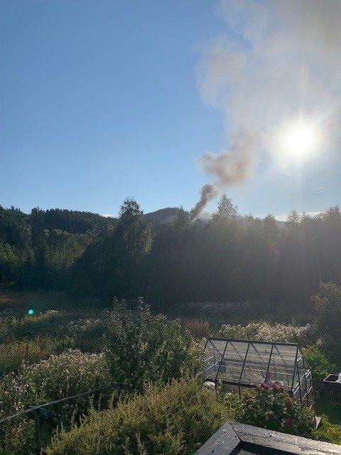 SVART RØYK: Røyken fra brannen er godt synlig i området.