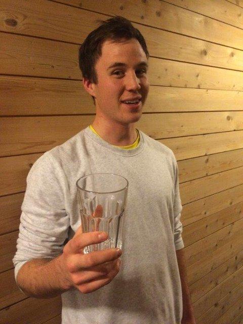 IKEA-GLASS: Anders Enoksen med tilsvarende glass som det som eksploderte. FOTO: PRIVAT