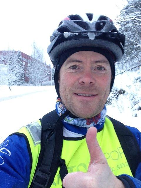 FORNØYD: MDG-politiker i Oppegård, Jens Nordahl, er stårlende fornøyd med torsdagens brøyting av sykkelveiene inn mot Oslo: