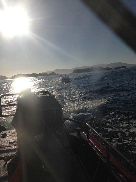 Her sleper redningsskøyta Uni Oslofjord inn en båt med motorstopp.