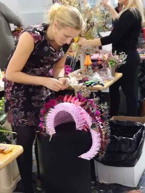 FULL KONSENTRASJON: Turid Lien i gang med en rosa form på svart søyle.