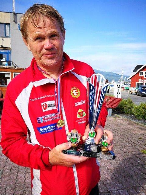FIKK EGEN POKAL: Jon Weydahl fra Drøbak maratonklubb med den spesielle pokalen Team Ronny og Jan Billy overrasket ham med etter løpet.
