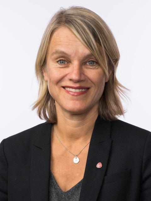 SKUFFET: Nina Sandberg (Ap) er ikke spesielt imponert over svaret fra samferdselsminister Ketil Solvik-Olsen.
