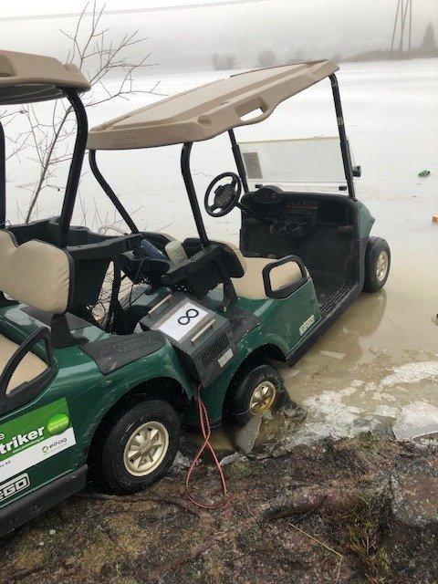 To golfbiler som tilhører Østmarka golfklubb havnet på mystisk vis halvveis ut i Våg natt til tirsdag. Foto: Østmarka golfklubb