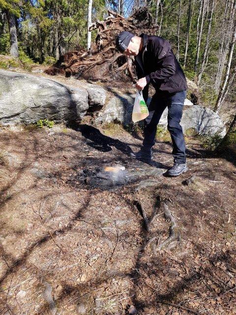 HADDE POSE: En pose ble brukt til å slukke det brennende bålet ved Vientjern.