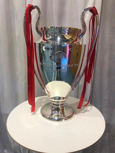 Liverpool FC International Academy arrangerer fotballskole i Ski i helgen. Det ble lovet overraskelser, men ingen hadde trodd den originale Champions League pokalen skulle dukke opp i Skihallen.