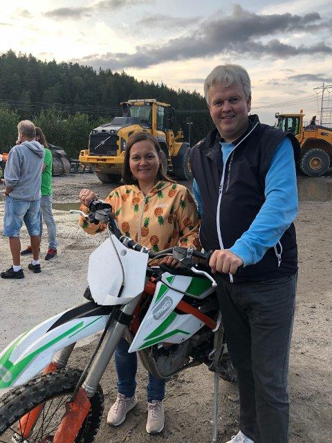 KLARE FOR CROSS: FrPs Monica Dervo-Lehn og Knut Tønnes Steenersen gleder seg til motocrossbanen i Assurdalen blir ferdig.