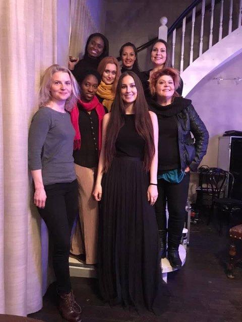 KLARE FOR SKI: Bak fra venstre: Ellen Bendu, Tonje Thwin, Thale Tornes Midten fra venstre: Mariama Astrid Ndure, Lisa Birkenes Thun, Inkiri Abrahamsson Foran fra venstre: Elisabeth Dahl og forfatter og regissør Stine Sandnes.