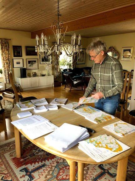 HJEMMEDUGNAD: Her er Jon Færden i full gang med å pakke 200 nye deltakerkonvolutt til påske.