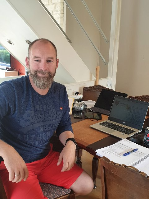 KARANTENEKONTOR:  Virksomhetsleder ved Vestråt barnehage, Arnfinn Jensen, er selv i karantene hjemme i Ski, etter at en ansatt fikk påvist Covid 19-smitte.