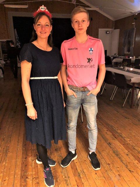I FOLLO-DRAKT: Snorre Løvseth sammen med mamma Bente etter konfirmasjonen og mammas 40-årslag på lørdag.