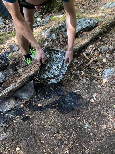 BRANNSLUKKING: Eli og turfølget brukte festdeltakernes gjenglemte engangsgrill for å slukke det ulmende bålet ved Eister.