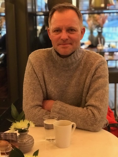 For Vebjørn Kristian Aarflot (47) er det viktig og holde motet oppe nå som han ikke er på jobben lenger. Han går mye på ski for å holde struktur i hverdagen.