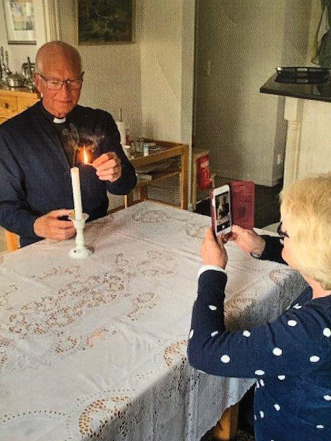 Prosten i Nordre Follo, Sven Holmsen, har fått god trening i digitale opptak. Her er det prostefruen Anne Lise Holmsen som via sin mobiltelefon tar opp en kveldssnutt med sin mann.
